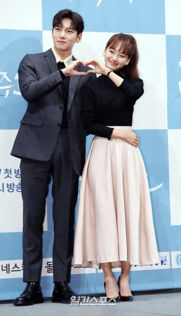 Ji Chang Wook đẹp không góc chết, dìm đẹp nhan sắc nữ chính tại họp báo Nhẹ Nhàng Tan Chảy - Ảnh 7.