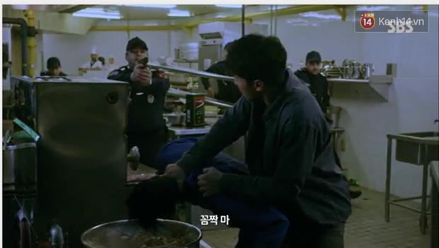 Dọa cho nổ tung đầu Suzy, Lee Seung Gi được chị đẹp cho ăn cú tát lật mặt ngay tập 2 Vagabond - Ảnh 12.