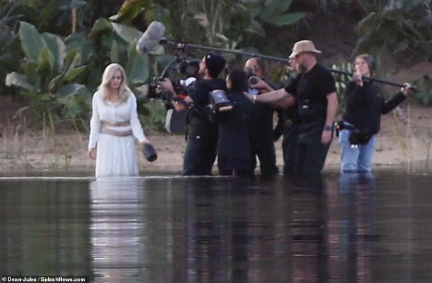 Hậu trường bom tấn Marvel - Eternals: Angelina Jolie nhuộm tóc bạch kim, cưa sừng làm em gái múc nước miền Tây? - Ảnh 5.