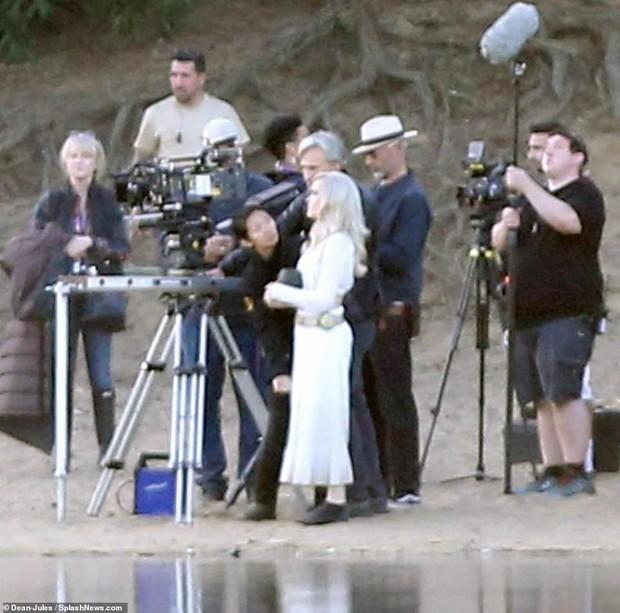 Hậu trường bom tấn Marvel - Eternals: Angelina Jolie nhuộm tóc bạch kim, cưa sừng làm em gái múc nước miền Tây? - Ảnh 6.