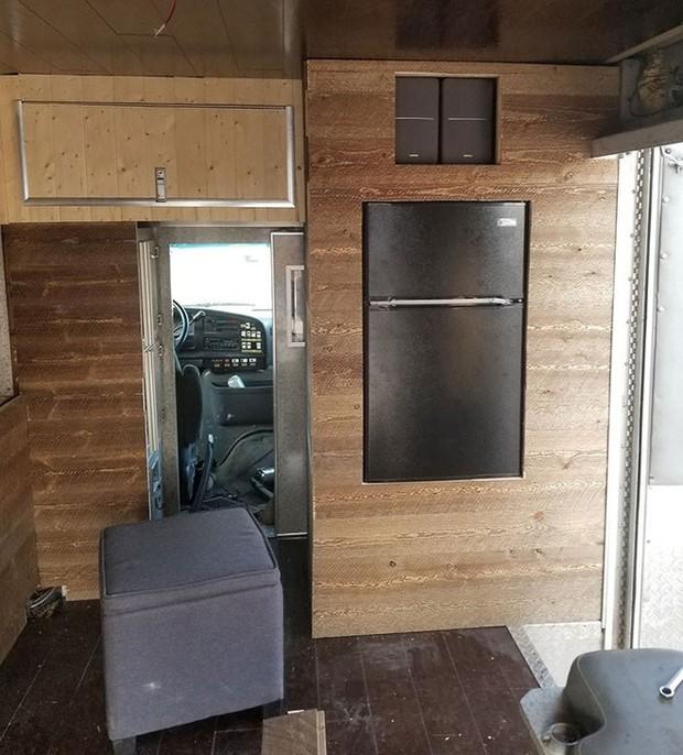 Nhìn căn nhà ấm cúng này ai mà dám tin rằng trước đây nó từng là chiếc xe cứu thương đầy vết máu - Ảnh 6.