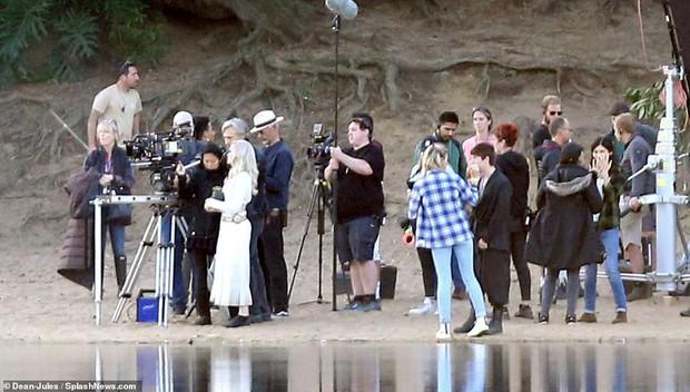 Hậu trường bom tấn Marvel - Eternals: Angelina Jolie nhuộm tóc bạch kim, cưa sừng làm em gái múc nước miền Tây? - Ảnh 7.