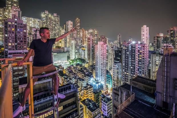 Leo lên loạt tòa nhà cao nhất Hong Kong để chụp hình sống ảo, chàng trai bị dân mạng chỉ trích: Chán sống rồi hả? - Ảnh 2.