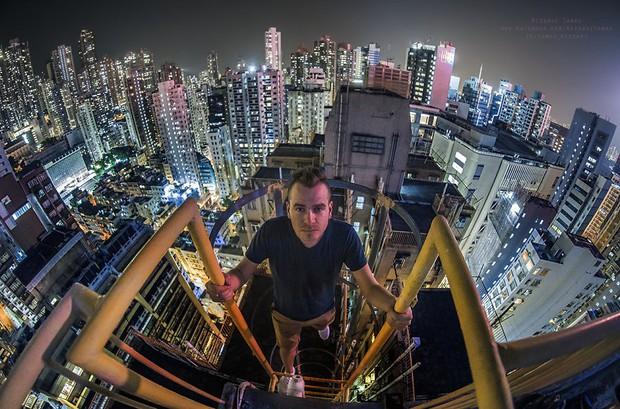 Leo lên loạt tòa nhà cao nhất Hong Kong để chụp hình sống ảo, chàng trai bị dân mạng chỉ trích: Chán sống rồi hả? - Ảnh 10.
