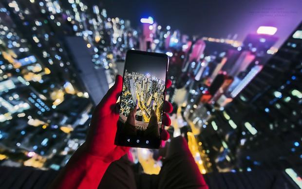 Leo lên loạt tòa nhà cao nhất Hong Kong để chụp hình sống ảo, chàng trai bị dân mạng chỉ trích: Chán sống rồi hả? - Ảnh 4.