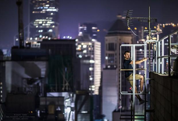Leo lên loạt tòa nhà cao nhất Hong Kong để chụp hình sống ảo, chàng trai bị dân mạng chỉ trích: Chán sống rồi hả? - Ảnh 7.