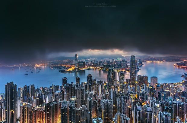 Leo lên loạt tòa nhà cao nhất Hong Kong để chụp hình sống ảo, chàng trai bị dân mạng chỉ trích: Chán sống rồi hả? - Ảnh 3.