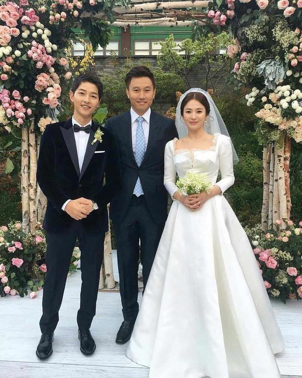 Bóc giá váy cưới cô dâu mới nhà trùm showbiz Hong Kong: Rẻ tiền nhất Cbiz, kém xa Song Hye Kyo, bị Angela Baby đè bẹp - Ảnh 5.
