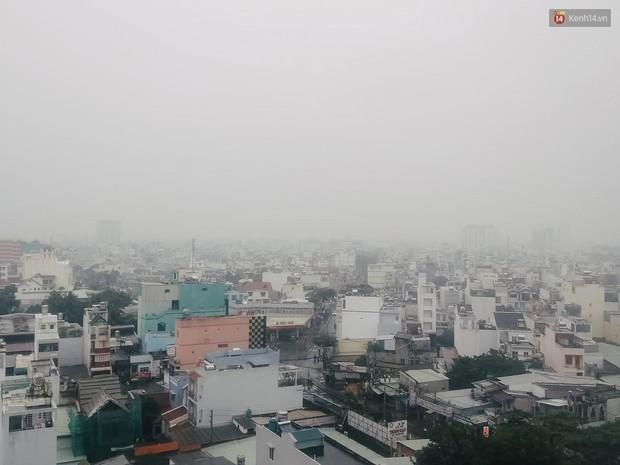 Sài Gòn b.ị b.ao phủ một màu trắng đục bất thường: Chuyên gia thời tiết nói gì? - Ảnh 3.