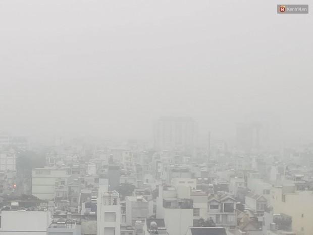 Sài Gòn b.ị b.ao phủ một màu trắng đục bất thường: Chuyên gia thời tiết nói gì? - Ảnh 2.
