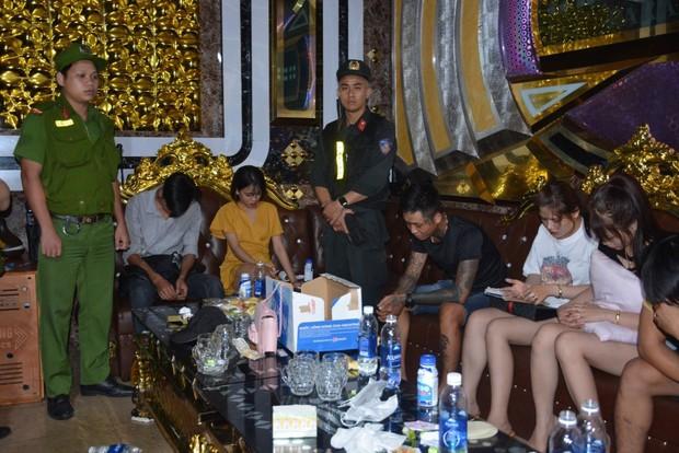 100 cảnh sát đột kích quán karaoke, bắt quả tang hàng chục nam nữ phê ma túy - Ảnh 1.