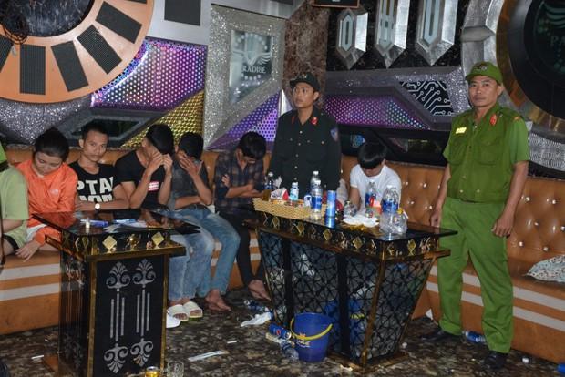 100 cảnh sát đột kích quán karaoke, bắt quả tang hàng chục nam nữ phê ma túy - Ảnh 2.