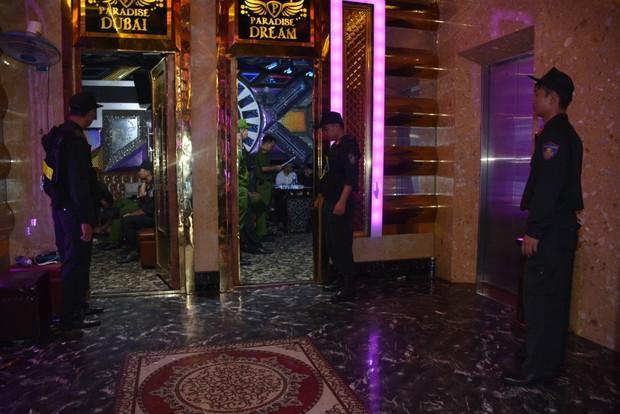 100 cảnh sát đột kích quán karaoke, bắt quả tang hàng chục nam nữ phê ma túy - Ảnh 3.