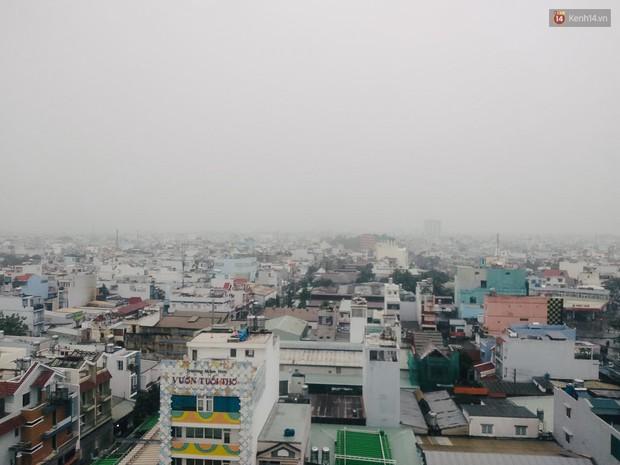 Sài Gòn b.ị b.ao phủ một màu trắng đục bất thường: Chuyên gia thời tiết nói gì? - Ảnh 1.