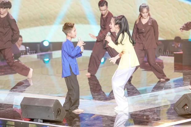 Giọng hát Việt nhí: Lưu Thiên Hương khóc nức nở trên sân khấu khi xem học trò hát tặng mẹ bị ung thư - Ảnh 2.