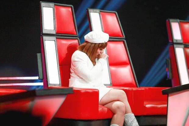 Giọng hát Việt nhí: Lưu Thiên Hương khóc nức nở trên sân khấu khi xem học trò hát tặng mẹ bị ung thư - Ảnh 6.