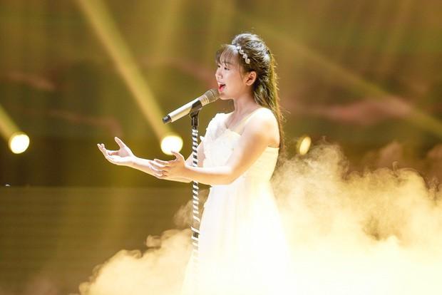 Giọng hát Việt nhí: Lưu Thiên Hương khóc nức nở trên sân khấu khi xem học trò hát tặng mẹ bị ung thư - Ảnh 7.