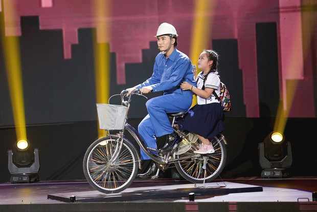 Giọng hát Việt nhí: Lưu Thiên Hương khóc nức nở trên sân khấu khi xem học trò hát tặng mẹ bị ung thư - Ảnh 3.