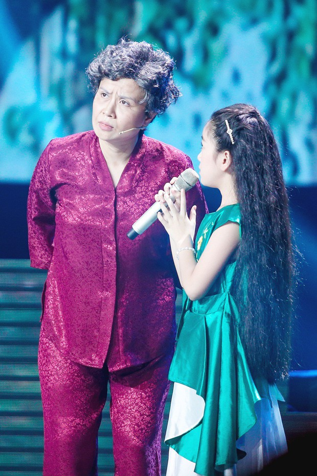 Giọng hát Việt nhí: Lưu Thiên Hương khóc nức nở trên sân khấu khi xem học trò hát tặng mẹ bị ung thư - Ảnh 4.