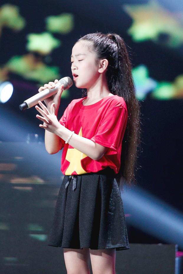 Giọng hát Việt nhí: Lưu Thiên Hương khóc nức nở trên sân khấu khi xem học trò hát tặng mẹ bị ung thư - Ảnh 9.