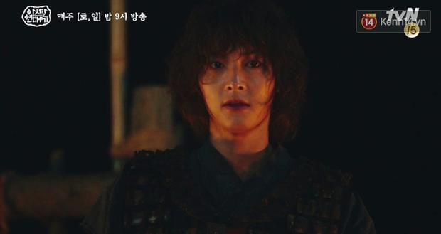 Ngộp thở với màn phân thân của Song Joong Ki: Người cầm đầu cuộc chiến, kẻ tàn độc tra tấn người không ghê tay - Ảnh 7.