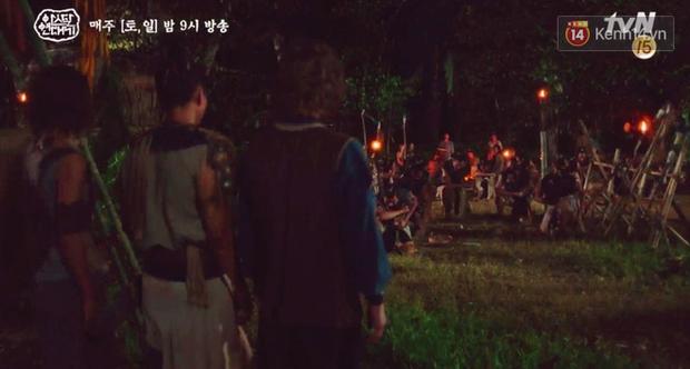 Ngộp thở với màn phân thân của Song Joong Ki: Người cầm đầu cuộc chiến, kẻ tàn độc tra tấn người không ghê tay - Ảnh 6.