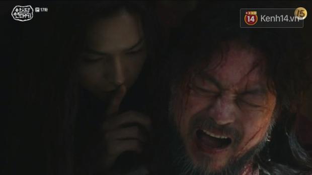 Ngộp thở với màn phân thân của Song Joong Ki: Người cầm đầu cuộc chiến, kẻ tàn độc tra tấn người không ghê tay - Ảnh 9.