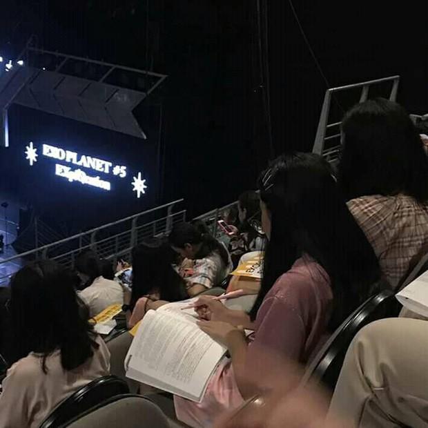 Vừa muốn quẩy hết mình lại còn đạt điểm cao, nữ sinh nhanh trí mang sách vở ôn bài ngay trong concert - Ảnh 1.