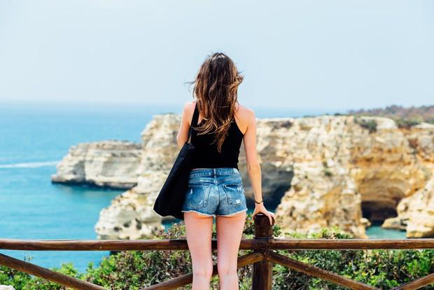 5 lỗi trang phục có thể khiến bạn rơi vào cảnh dở khóc dở cười khi đi du lịch. Đọc ngay để còn biết mà tránh nhé! - Ảnh 2.