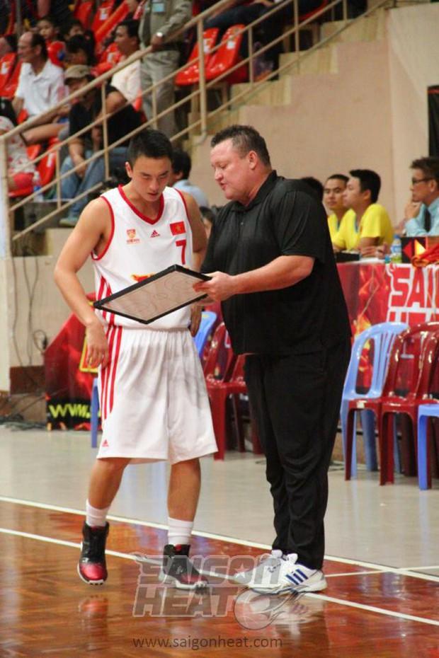 Tưởng nhớ HLV Jason Rabedeaux, người đặt nền móng thuở ban đầu cho đội bóng Saigon Heat - Ảnh 2.