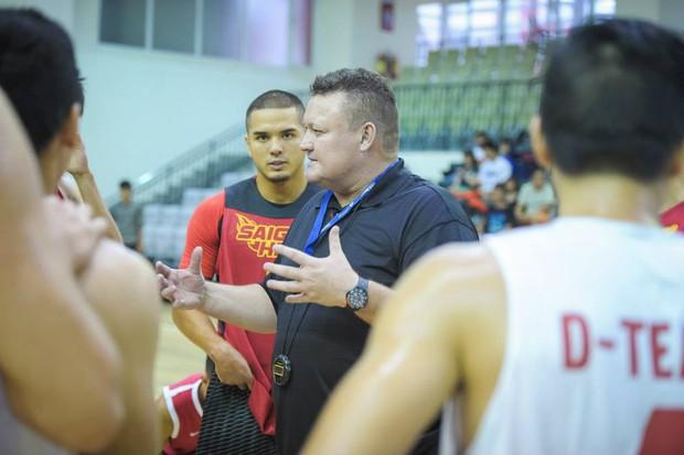 Tưởng nhớ HLV Jason Rabedeaux, người đặt nền móng thuở ban đầu cho đội bóng Saigon Heat - Ảnh 3.