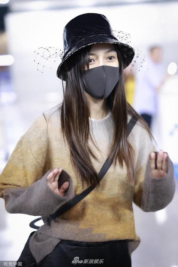 Xuất hiện ở sân bay lên đường tham dự Tuần lễ Thời trang Milan, Angela Baby gây chú ý với đôi mắt đượm buồn - Ảnh 3.
