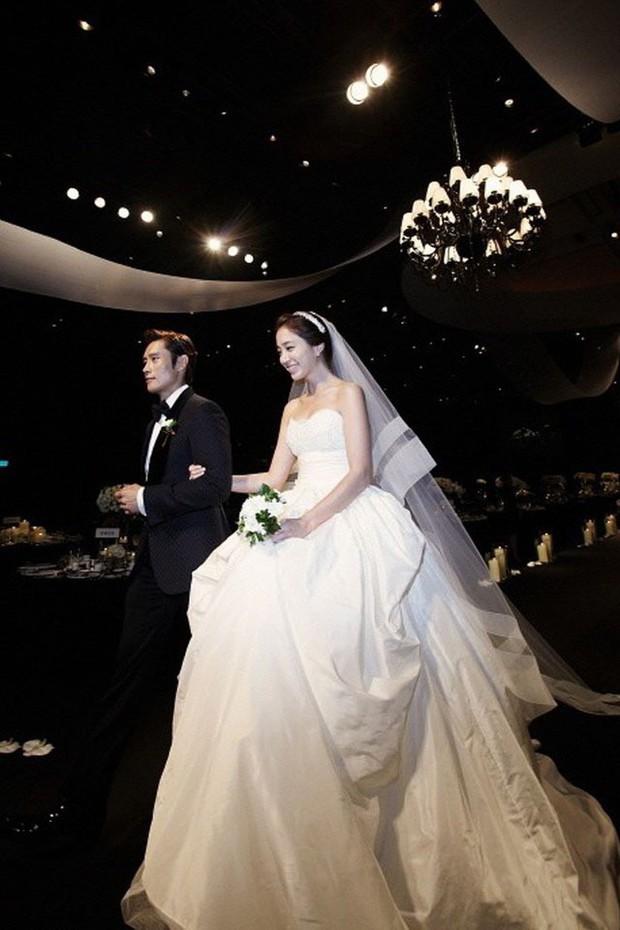 10 mẫu váy cưới đắt đỏ và đáng ao ước nhất mọi thời đại mà cô gái nào cũng muốn một lần khoác lên mình - Ảnh 5.