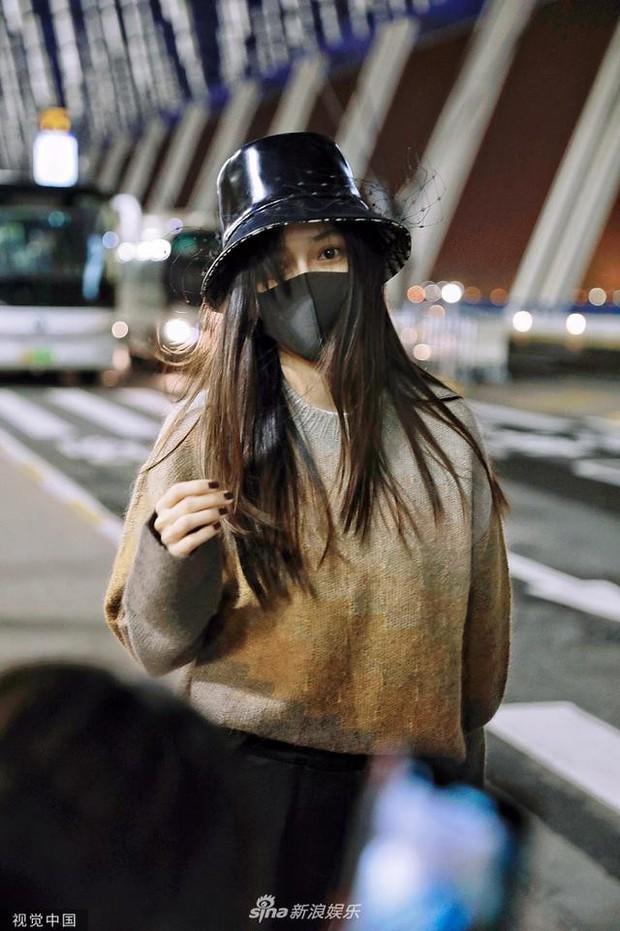 Xuất hiện ở sân bay lên đường tham dự Tuần lễ Thời trang Milan, Angela Baby gây chú ý với đôi mắt đượm buồn - Ảnh 4.