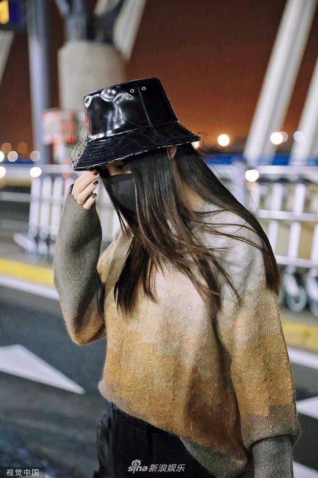 Xuất hiện ở sân bay lên đường tham dự Tuần lễ Thời trang Milan, Angela Baby gây chú ý với đôi mắt đượm buồn - Ảnh 5.