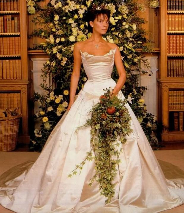 10 mẫu váy cưới đắt đỏ và đáng ao ước nhất mọi thời đại mà cô gái nào cũng muốn một lần khoác lên mình - Ảnh 8.