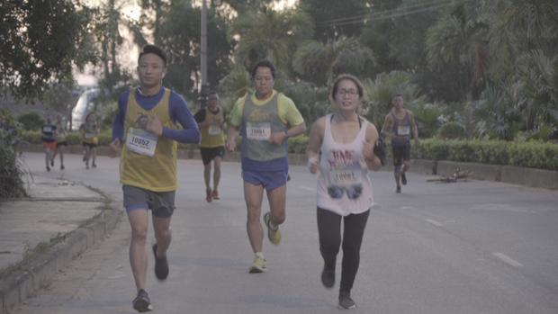 Xuất hiện cô gái chỉ mặc áo dài để chạy bộ trong show thực tế về marathon! - Ảnh 2.