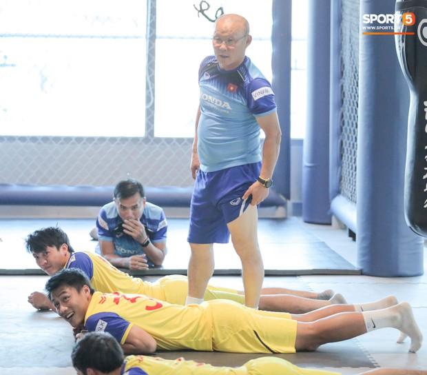 Văn Toàn, Tuấn Anh chịu khổ vì bị HLV Park Hang-seo đè đầu cưỡi cổ ở buổi tập đầu tiên cùng tuyển Việt Nam - Ảnh 1.