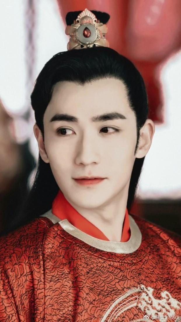 5 nam thần bận áo đỏ chứng tỏ đẹp trai màn ảnh Hoa ngữ: Nhìn Tiêu Chiến mặc, đảm bảo ai cũng đòi làm cô dâu - Ảnh 11.
