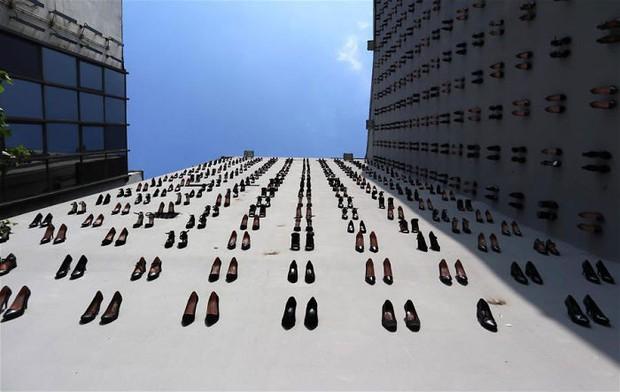 Sự thật đau lòng về số phận người phụ nữ đằng sau hình ảnh 440 đôi giày cao gót được gắn lên tường ở Thổ Nhĩ Kỳ - Ảnh 2.