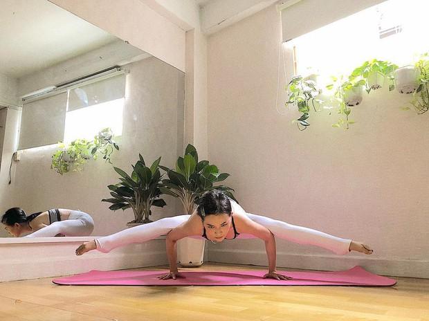 Chuyên trị những tư thế yoga khó nhằn, bảo sao vóc dáng Sĩ Thanh lại nét căng đến vậy - Ảnh 15.