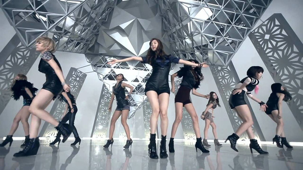 Choáng với MV comeback hoành tráng của TWICE nhưng sao xem qua lại thấy có cả SNSD, BTS và sương sương một chút Sunmi thế này? - Ảnh 16.