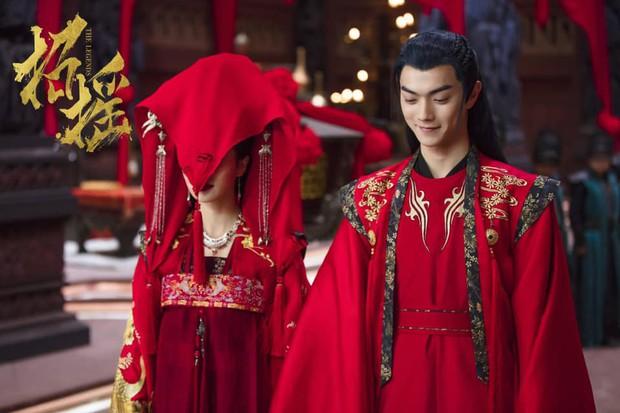 5 nam thần bận áo đỏ chứng tỏ đẹp trai màn ảnh Hoa ngữ: Nhìn Tiêu Chiến mặc, đảm bảo ai cũng đòi làm cô dâu - Ảnh 21.