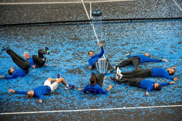 Khoảnh khắc may ra cả năm mới có 1 lần: Federer và Nadal rạng rỡ cùng nhau nâng cúp vô địch thế giới - Ảnh 10.