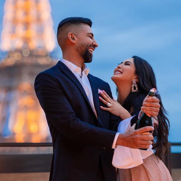 Blogger du lịch nổi tiếng khoe ảnh nhẫn cầu hôn kim cương to khổng lồ, tưởng được ủng hộ nhiệt tình ai ngờ lại bị ném đá không thương tiếc - Ảnh 2.