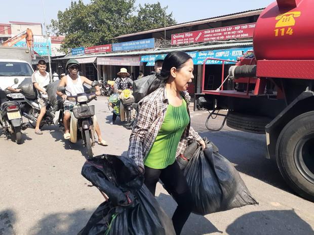 Hà Nội: Cháy hàng loạt ki ốt tại chợ Tó - Đông Anh, tiểu thương hốt hoảng ôm hàng bỏ chạy - Ảnh 3.