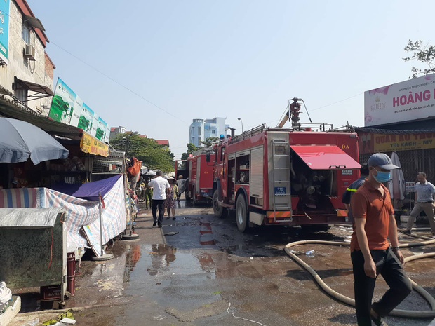 Hà Nội: Cháy hàng loạt ki ốt tại chợ Tó - Đông Anh, tiểu thương hốt hoảng ôm hàng bỏ chạy - Ảnh 2.