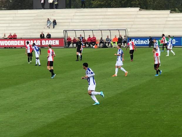 Đoàn Văn Hậu lần đầu đá chính cho SC Heerenveen, gây ấn tượng với pha cắt bóng chuẩn không cần chỉnh - Ảnh 2.