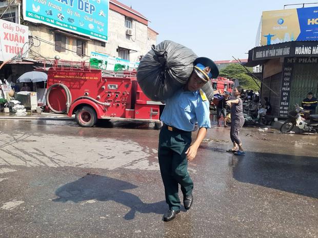 Hà Nội: Cháy hàng loạt ki ốt tại chợ Tó - Đông Anh, tiểu thương hốt hoảng ôm hàng bỏ chạy - Ảnh 6.