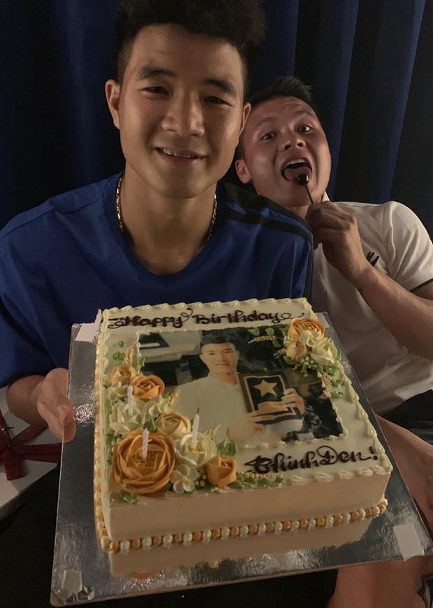 Dàn tuyển thủ Việt Nam tụ họp mừng sinh nhật Hà Đức Chinh, vui hết nấc nhưng món quà đặc biệt mới chiếm spotlight! - Ảnh 2.